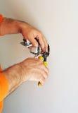 Eletricista que instala interruptores bondes na casa nova Imagens de Stock Royalty Free