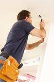 Eletricista que instala o encaixe leve Fotografia de Stock Royalty Free