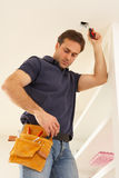 Eletricista que instala o encaixe leve Fotografia de Stock