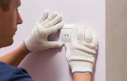 Eletricista que instala o interruptor da luz, fim acima da foto foto de stock royalty free