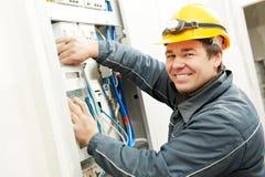 Eletricista que instala o medidor de poupança de energia Fotos de Stock Royalty Free