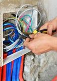 Eletricista que instala um soquete do interruptor imagem de stock royalty free