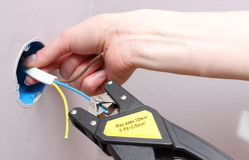 Eletricista que isola fios bondes Fotografia de Stock