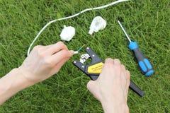 Eletricista que isola fios elétricos foto de stock