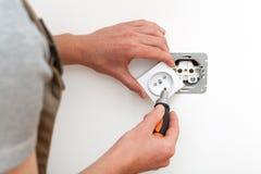 Eletricista que repara o soquete Fotografia de Stock Royalty Free