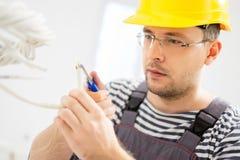 Eletricista que trabalha com fios imagens de stock