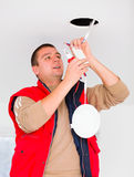 Eletricista que trabalha com fios e outros utensílios Fotografia de Stock Royalty Free