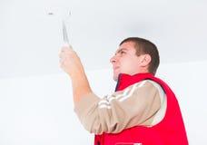 Eletricista que trabalha com fios e outros utensílios Imagem de Stock Royalty Free
