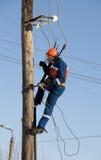 Eletricista que trabalha na altura com fios imagem de stock royalty free
