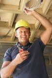 Eletricista que trabalha na fiação Imagem de Stock Royalty Free