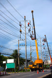 Eletricista que trabalha no polo bonde Foto de Stock Royalty Free