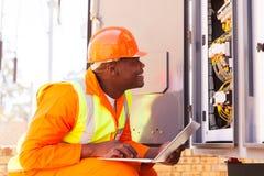 Eletricista que verifica a máquina Imagens de Stock