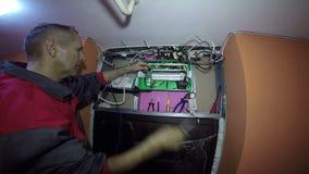 Eletricista Working no terreno de construção video estoque