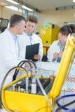 Eletricistas do estagiário com tutor Foto de Stock Royalty Free