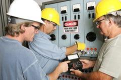 Eletricistas na alta tensão Fotografia de Stock Royalty Free