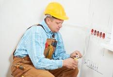 Eletricistas no trabalho da fiação do cabo Fotografia de Stock Royalty Free