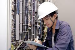 Eletricistas que sorriem, inspecionando caixas elétricas na fábrica industrial fotos de stock royalty free