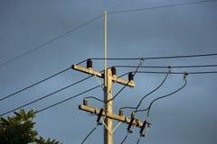 Eletricitylijn in de donkere tijd van de hemelzonsondergang Royalty-vrije Stock Fotografie