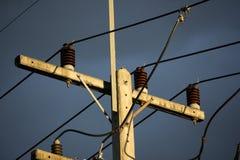 Eletricitylijn in de donkere tijd van de hemelzonsondergang Stock Fotografie