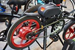 Eletro bicicleta no suporte do teste na loja Imagens de Stock