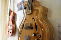 Eletro e guitarras-baixo excelentes velhos fotos de stock royalty free