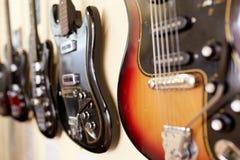 Eletro e guitarras-baixo excelentes velhos imagem de stock