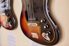 Eletro e guitarras-baixo excelentes velhos fotografia de stock royalty free