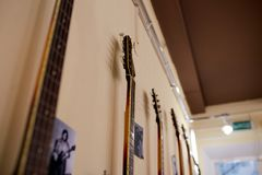 Eletro e guitarras-baixo excelentes velhos imagens de stock
