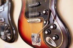 Eletro e guitarras-baixo excelentes velhos fotografia de stock