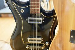 Eletro e guitarras-baixo excelentes velhos imagens de stock royalty free