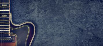 Eletro guitarra do jazz velho em um fundo escuro Fim acima Copie o espa?o Fundo para festivais de m?sica, concertos Fundo da m?si imagens de stock royalty free