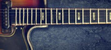 Eletro guitarra do jazz velho em um fundo escuro Fim acima Copie o espa?o Fundo para festivais de m?sica, concertos Fundo da m?si fotos de stock royalty free