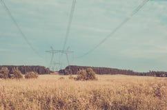 Eletro torres de alta tensão/eletro torres de alta tensão na perspectiva do céu toned imagens de stock royalty free