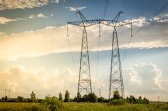 Eletro torres de alta tensão/eletro torres de alta tensão na perspectiva de um por do sol imagem de stock royalty free