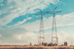 Eletro torres na perspectiva do céu/eletro torres na perspectiva do céu toned foto de stock royalty free