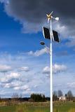 Eletro-turbinas ambientalmente fáceis de usar modernas do vento no campo Fotografia de Stock