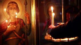 Elets,俄罗斯联邦- 2018年2月13日:Voznesenskiy Sobor 人在圣洁前面的法坛投入一个蜡烛 影视素材