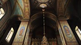 Elets, Russische Federatie - 2 April, 2018: Camerapan De camera beweegt zich van beneden naar boven Video in de Orthodoxe Kerk stock footage