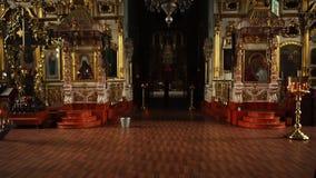 Elets, Russische Federatie - 2 April, 2018: Voznesenskiy Sobor Video die in de Orthodoxe Kerk schieten stock footage
