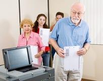 Elettore maggiore confuso Fotografia Stock