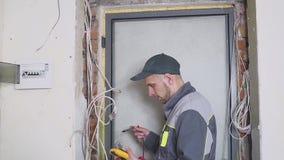 Elettricista alle misure del lavoro la corrente elettrica video d archivio