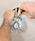 Elettricista che attacca la casella del soffitto Immagine Stock Libera da Diritti