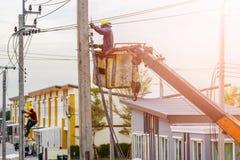 Elettricista che installa la linea elettrica Immagine Stock Libera da Diritti