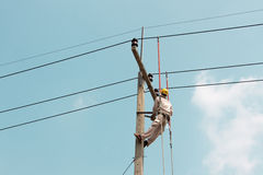 Elettricista che lavora ad un'automobile della gru Fotografie Stock