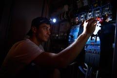 Elettricista che lavora durante il danno Fotografie Stock