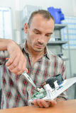 Elettricista che per mezzo delle pinze di paia Fotografia Stock Libera da Diritti