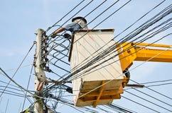Elettricista che ripara collegare elettrico Fotografia Stock