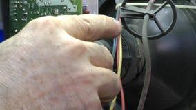 Elettricista che ripara un vecchio tubo di televisione e un circuito nella sua officina archivi video