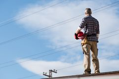 Elettricista che sta sul tetto Fotografia Stock
