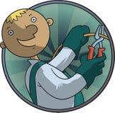 Elettricista che taglia il cavo giallo con le taglierine Immagini Stock